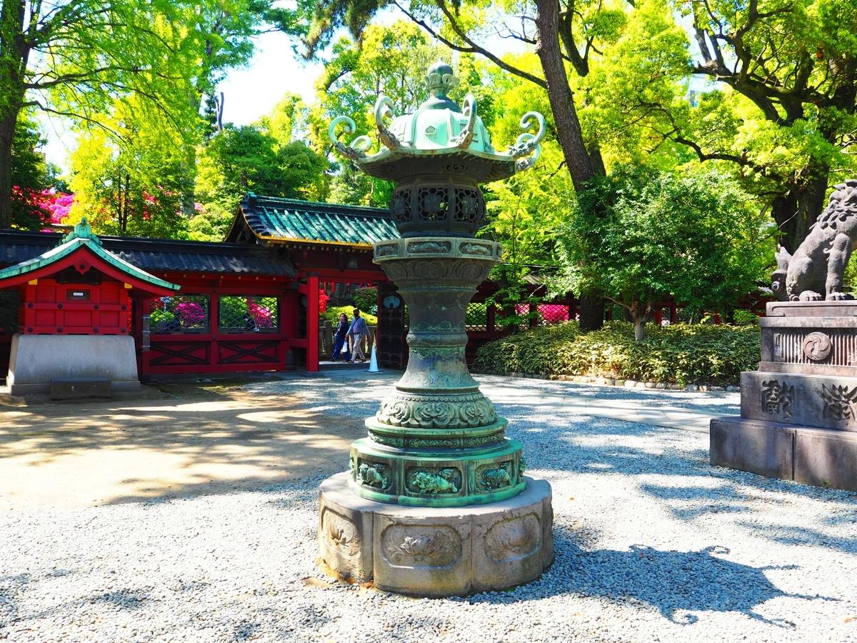 重要文化財である根津神社の青銅灯篭