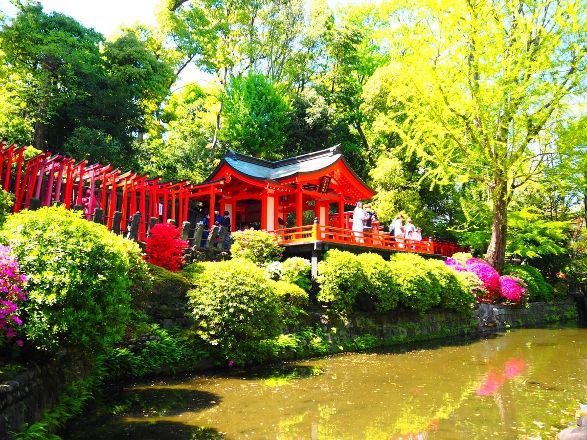 正門の向かいにある乙女稲荷神社の社殿