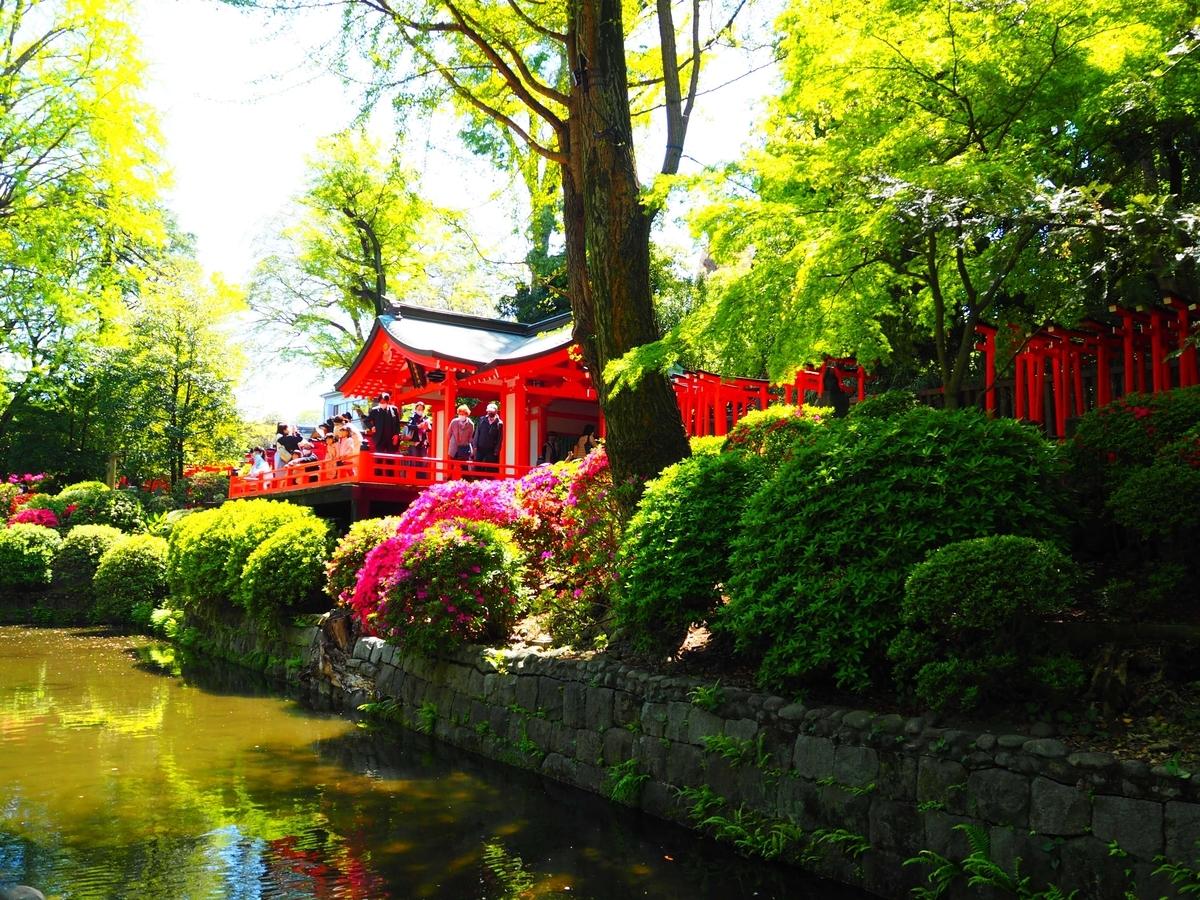 池に面し、清水の舞台を思わせる乙女稲荷神社の社殿