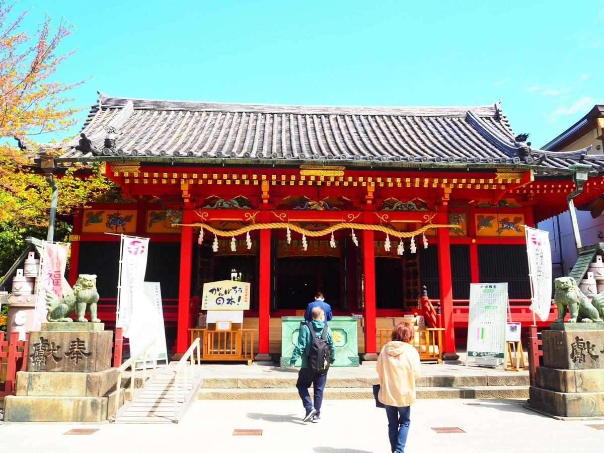 朱色が映えている浅草神社の社殿