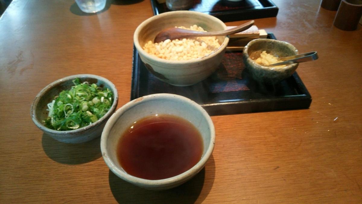 釜竹の薬味であるねぎ、しょうが、揚げ玉、七味