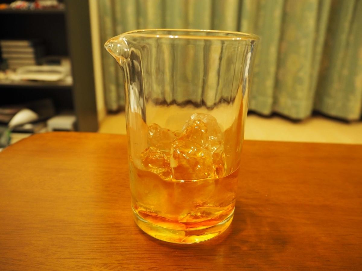 ミキシンググラスに入れた氷とウィスキー40ml、スイートベルモット20ml、アンゴスチェラビターズ1滴