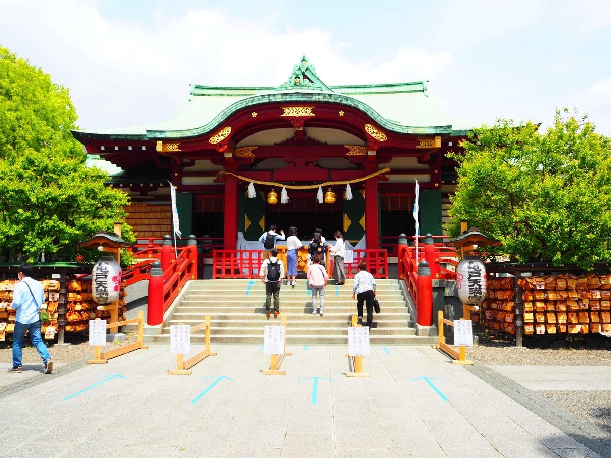 正面から見た亀戸天神社の社殿