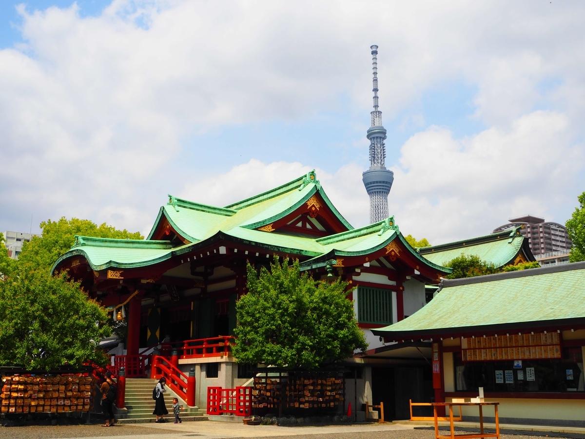 亀戸天神社の社殿と背後にそびえるスカイツリー