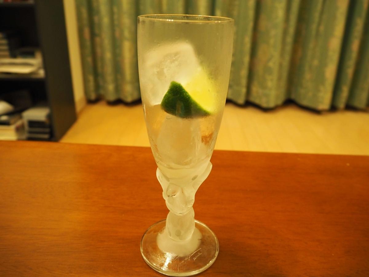 もう一つ大きめの氷を入れたグラス