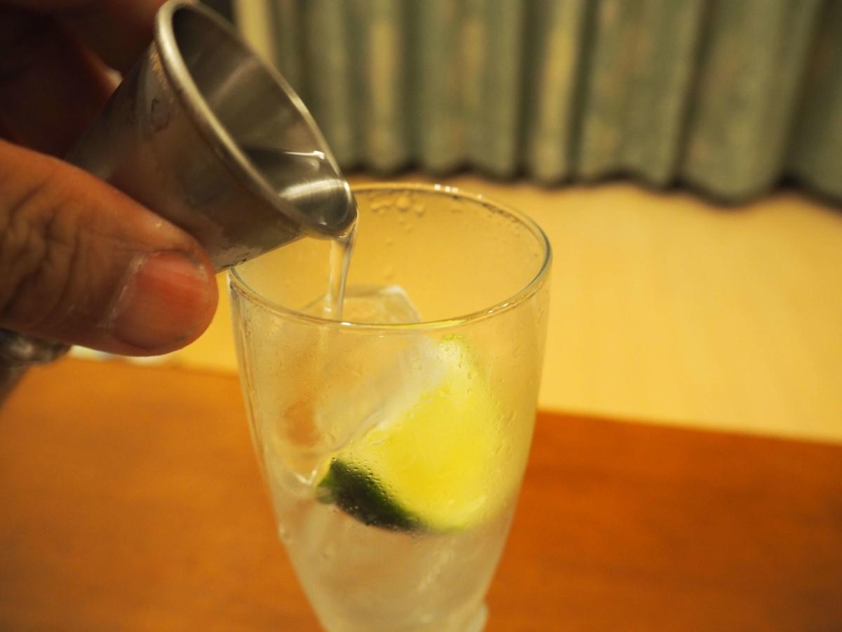 グラスに注がれる45mlのドライジン
