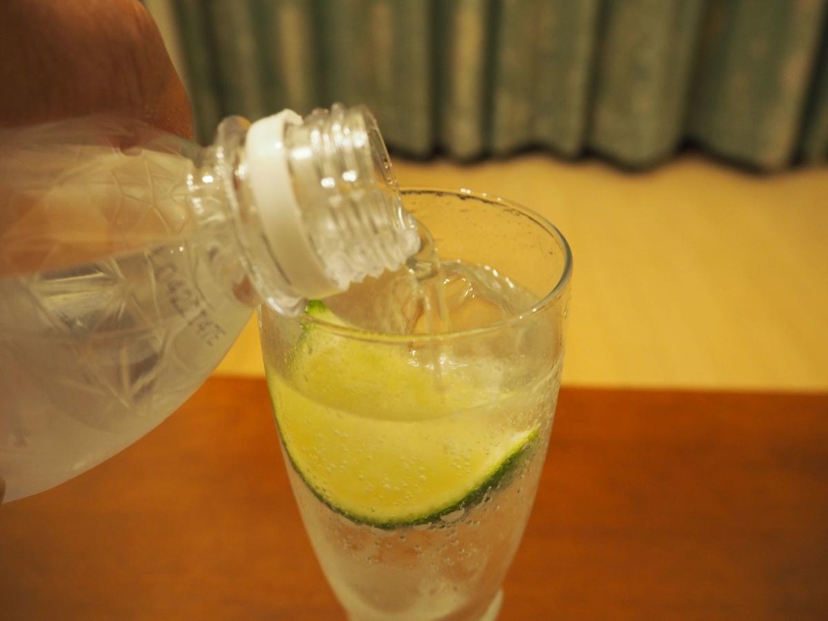 グラスに注がれるプレーンな炭酸水