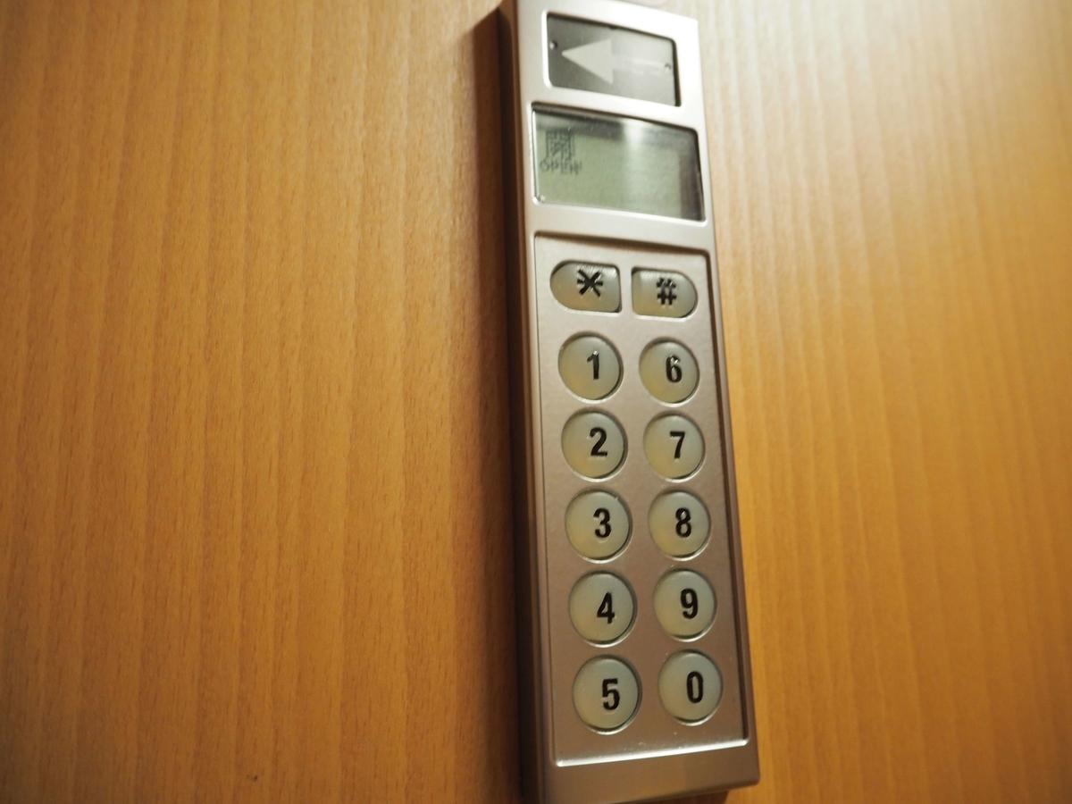 ドアの脇にあるダイヤルキー