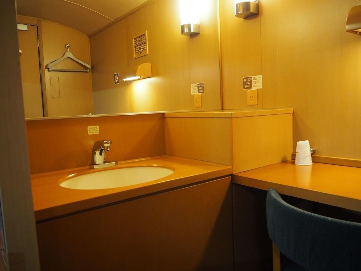 入口の正面にある大きな鏡と洗面台