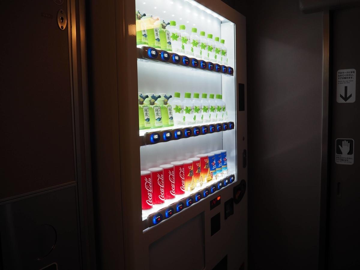 ドリンク類の自動販売機。缶コーヒーとお茶以外全て「準備中」の標示