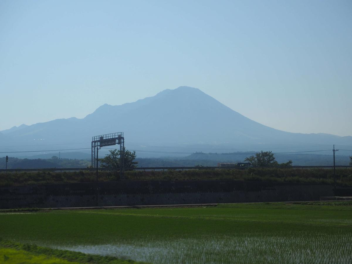 米子付近で見えてきた大山の車窓