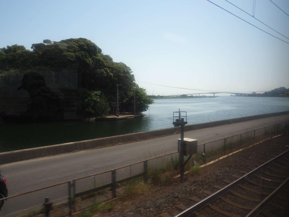 中海と宍道湖を結ぶ大橋川と手間天神社の鳥居