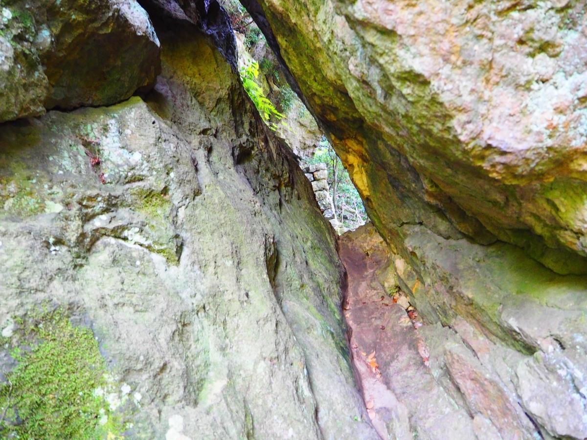 岩と岩の間の45㎝の隙間
