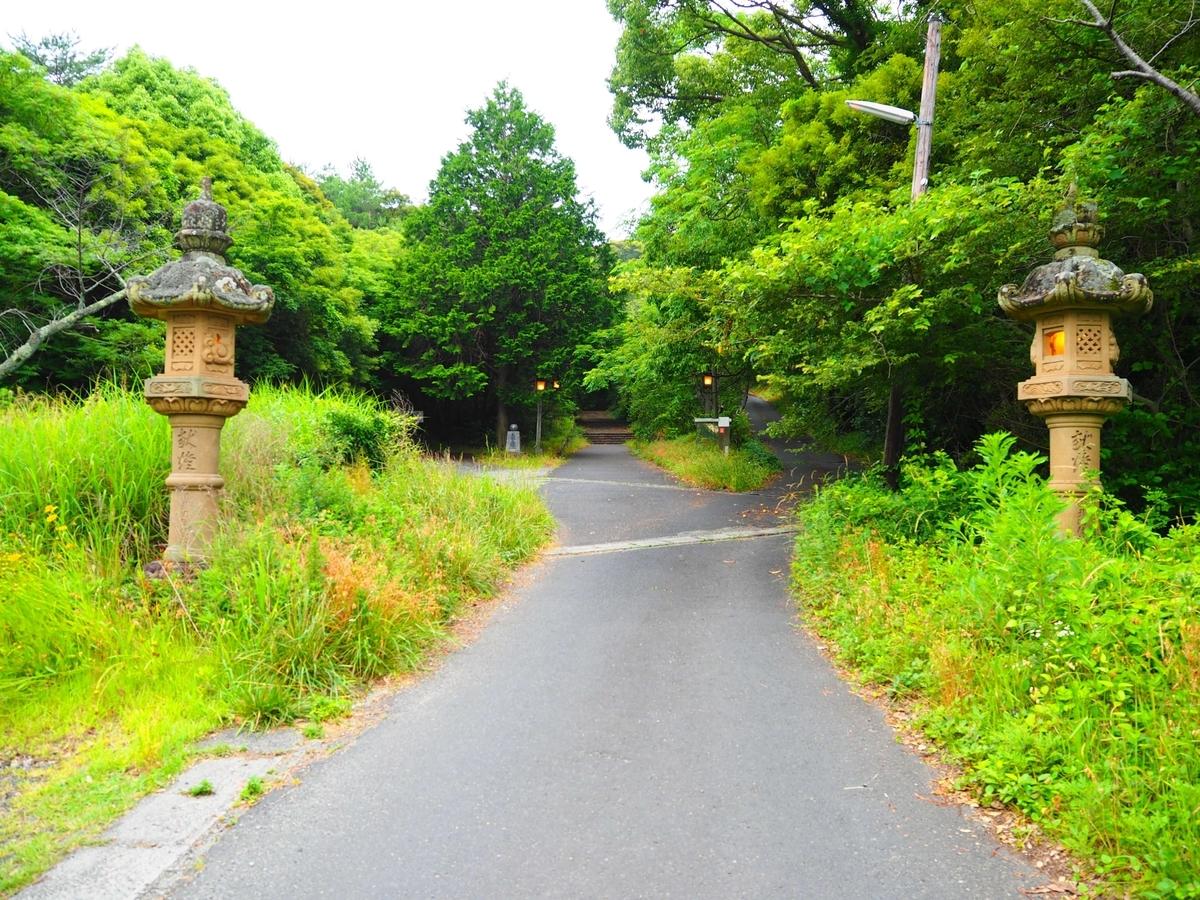 参道の両端の石灯篭
