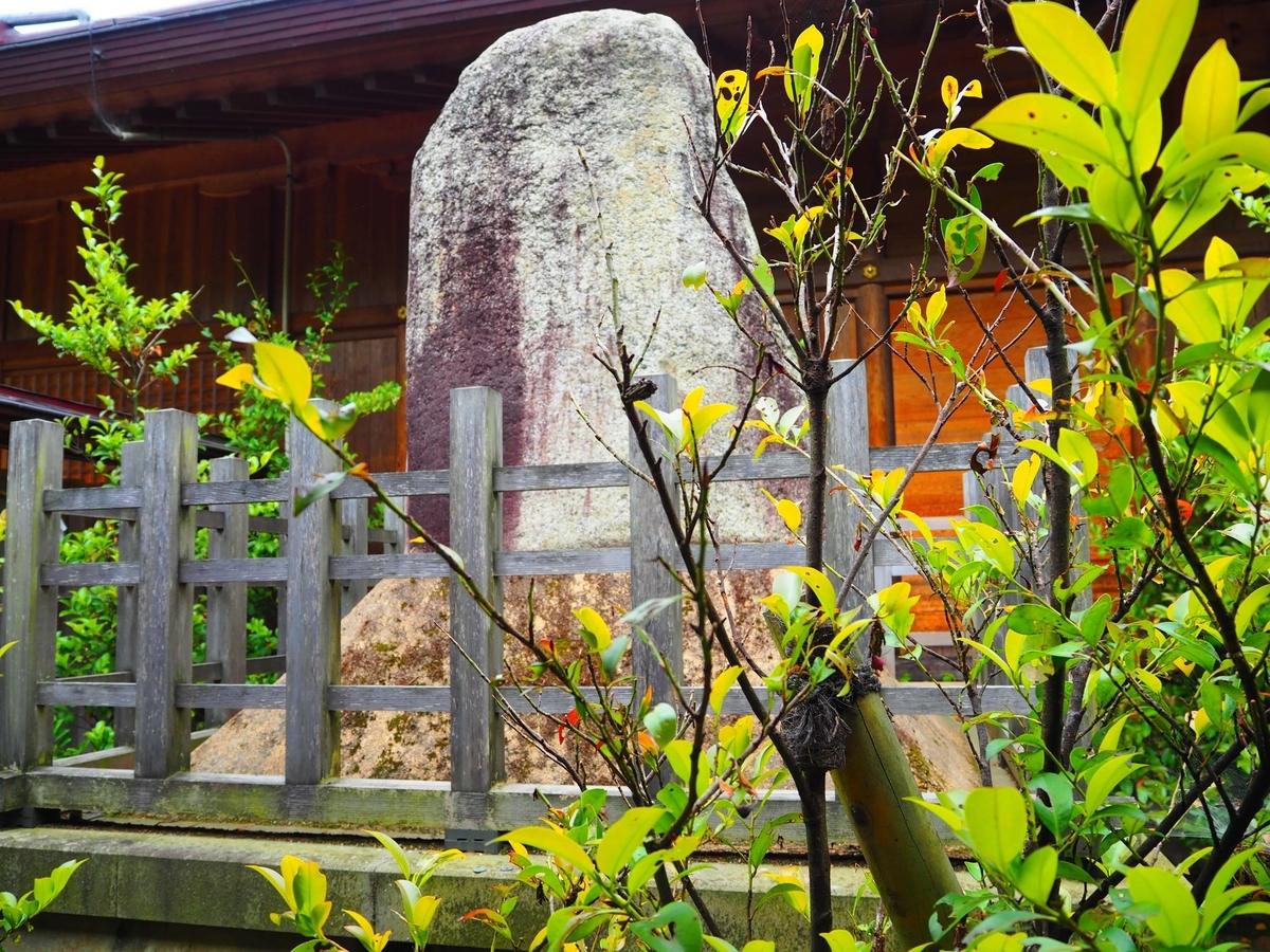 万九千神社の神殿の後方にある神籬