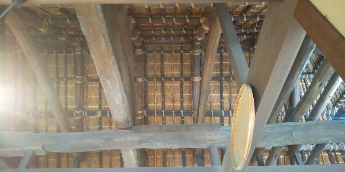茅葺屋根がむき出しの室内