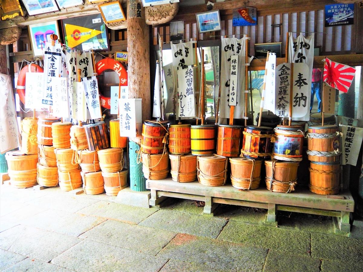神社に奉納された流し樽