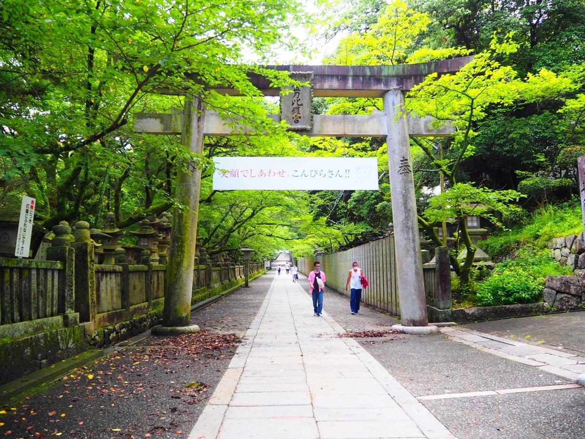 大門から150メートル程続く石畳の道