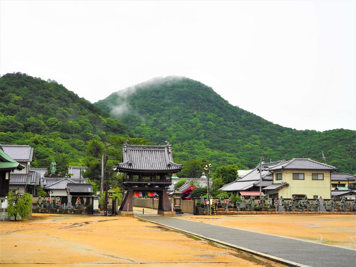 香川らしい風景の中にある中門