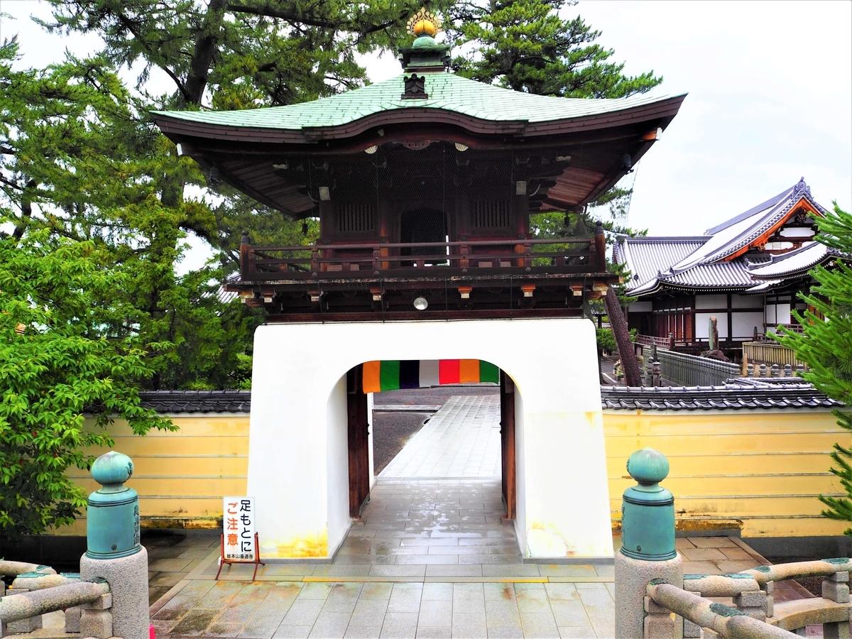 西門にあたる「正覚門(しょうがくもん)」