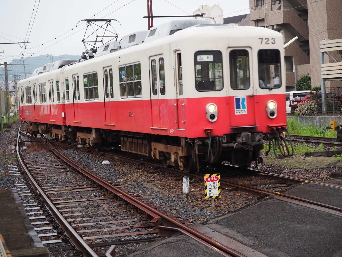 琴電屋島駅に入線する電車