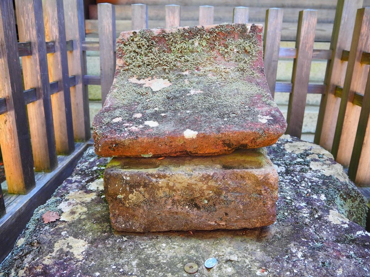 拝殿の前に置かれた美麗石