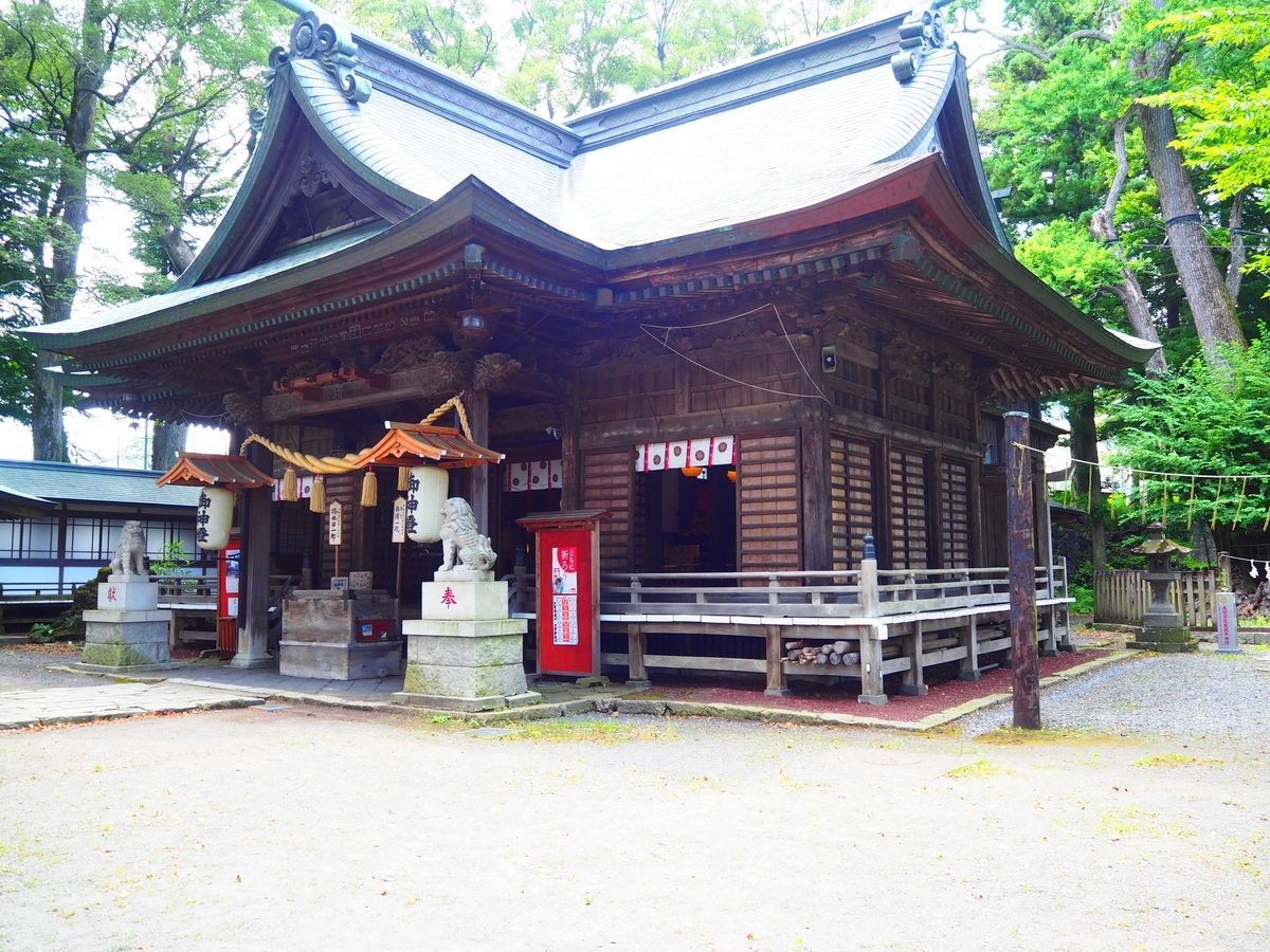 斜め前から見た小室浅間神社の拝殿