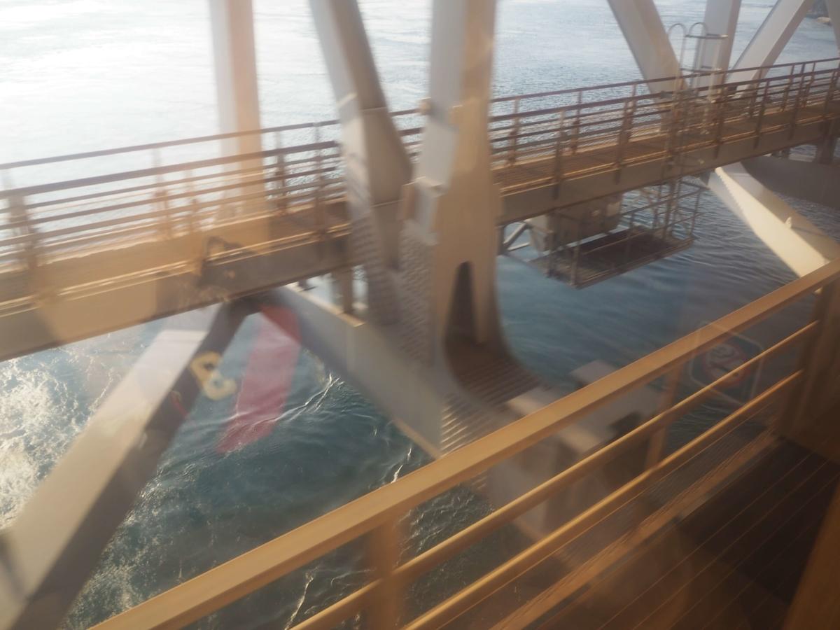橋の真下の海面