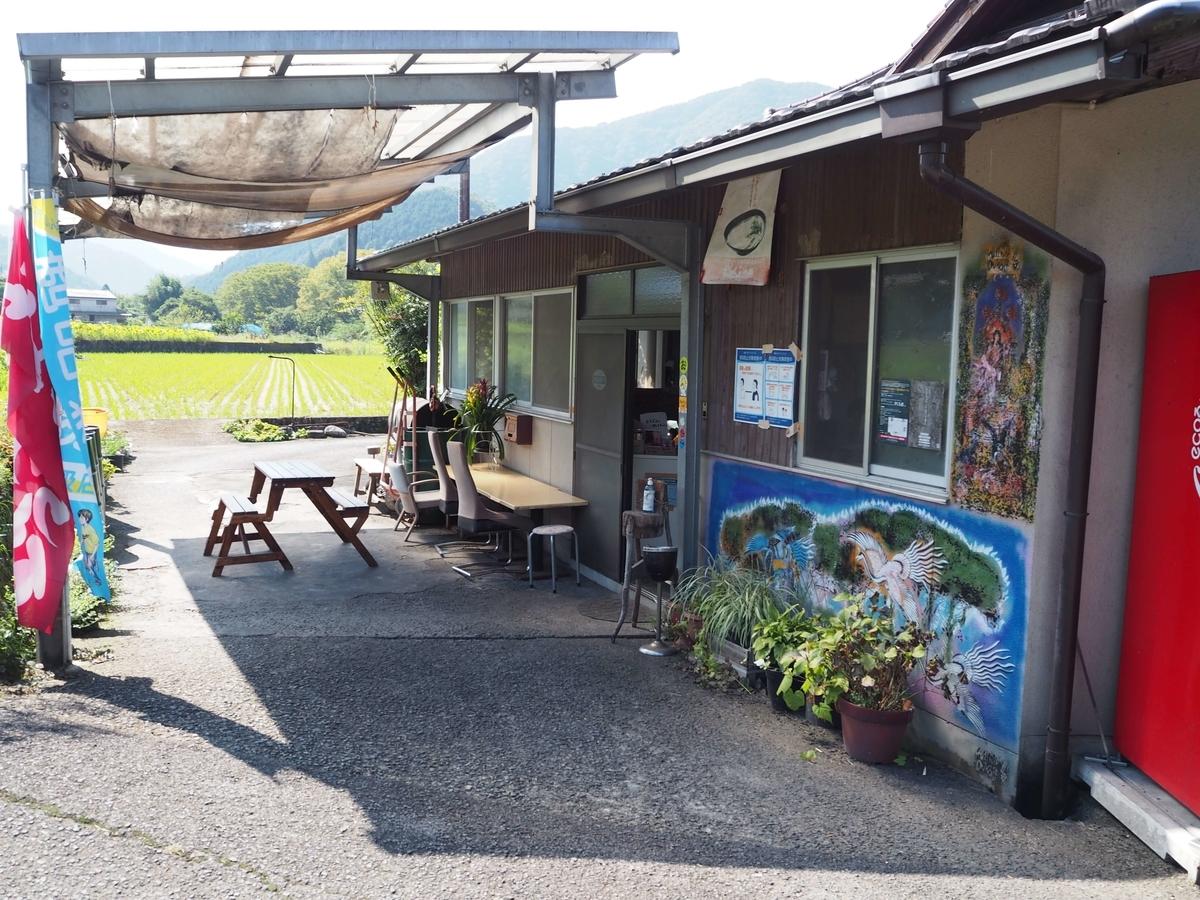 三嶋製麺所の店頭のテーブルと椅子