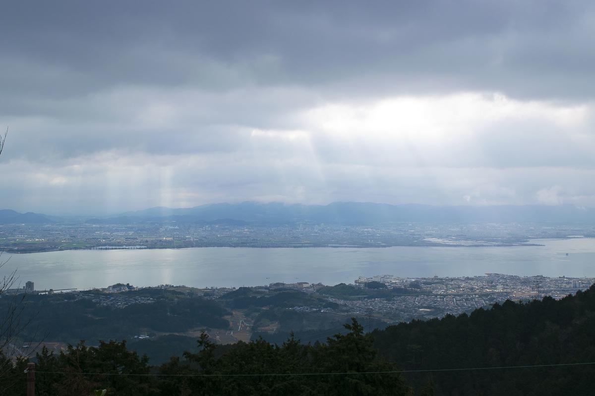 光が降り注ぐ琵琶湖と街