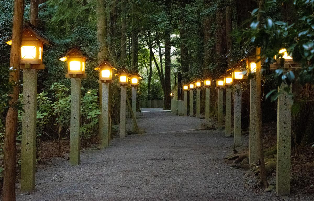 灯篭が灯る静かで幻想的な境内