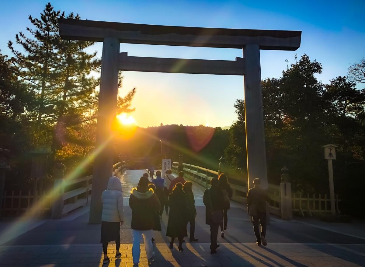 伊勢神宮 内宮:鳥居の向こうの太陽