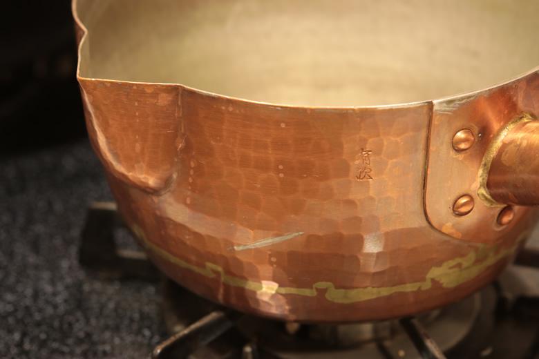 大きなカラス口と深い形状が特徴。有次の銅ゆきひら鍋。