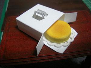 【ミニチュアフード】ホールケーキの箱(約25mm四方)