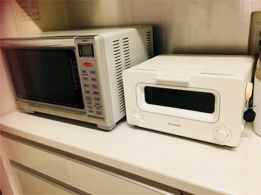 古い電子レンジとバルミューダのトースター