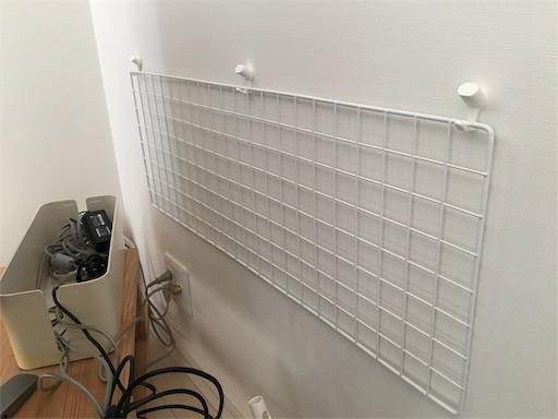 テレビの後ろの壁にネット