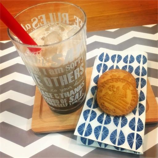 タピオカミルクティーとクッキー