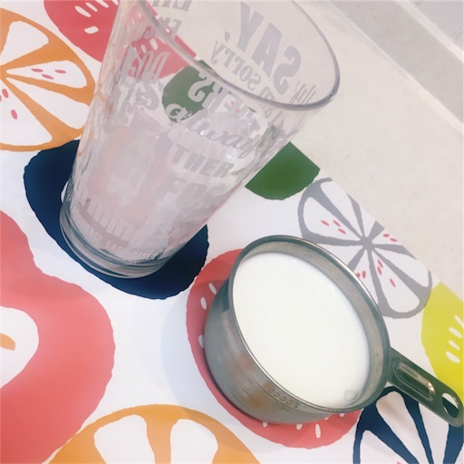 材料コップに入った氷と牛乳