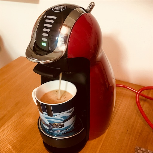 ドルチェグストでコーヒーを淹れている画像