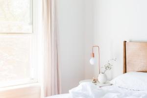 きれいなカーテンとベッド