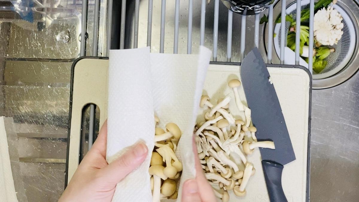 乾いたキッチンペーパーに包んでジップ袋で保存