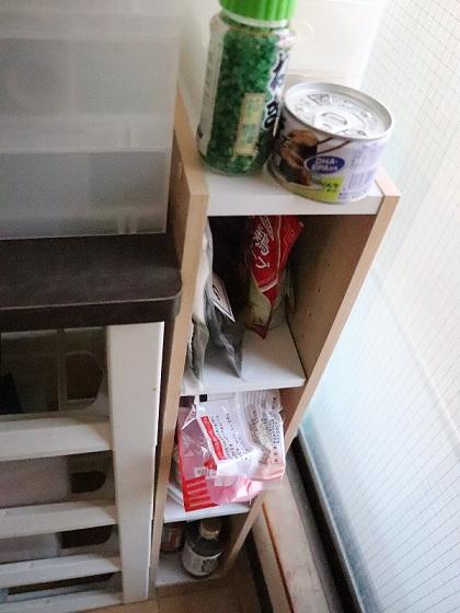 ぎっしり詰まった調味料棚