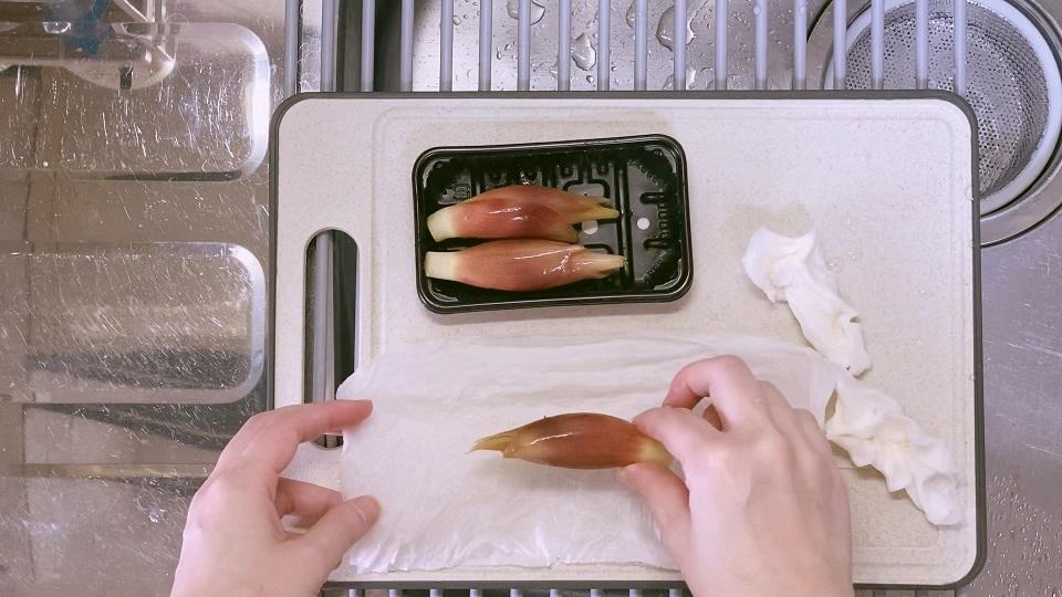 みょうがは濡らしたキッチンペーパーで包む