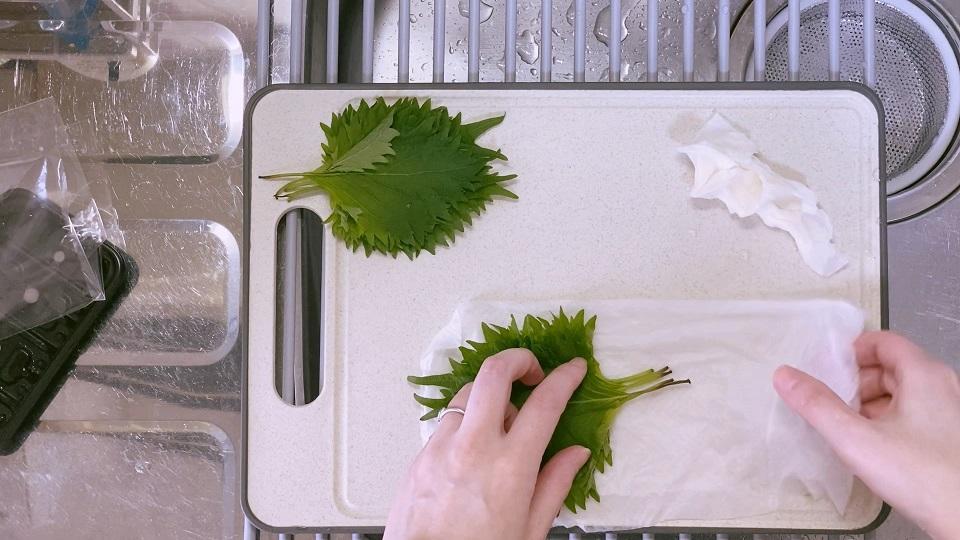 大葉は濡らしたキッチンペーパーで包む