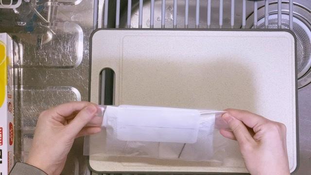 オクラはキッチンペーパーにつつんでジップ袋へ