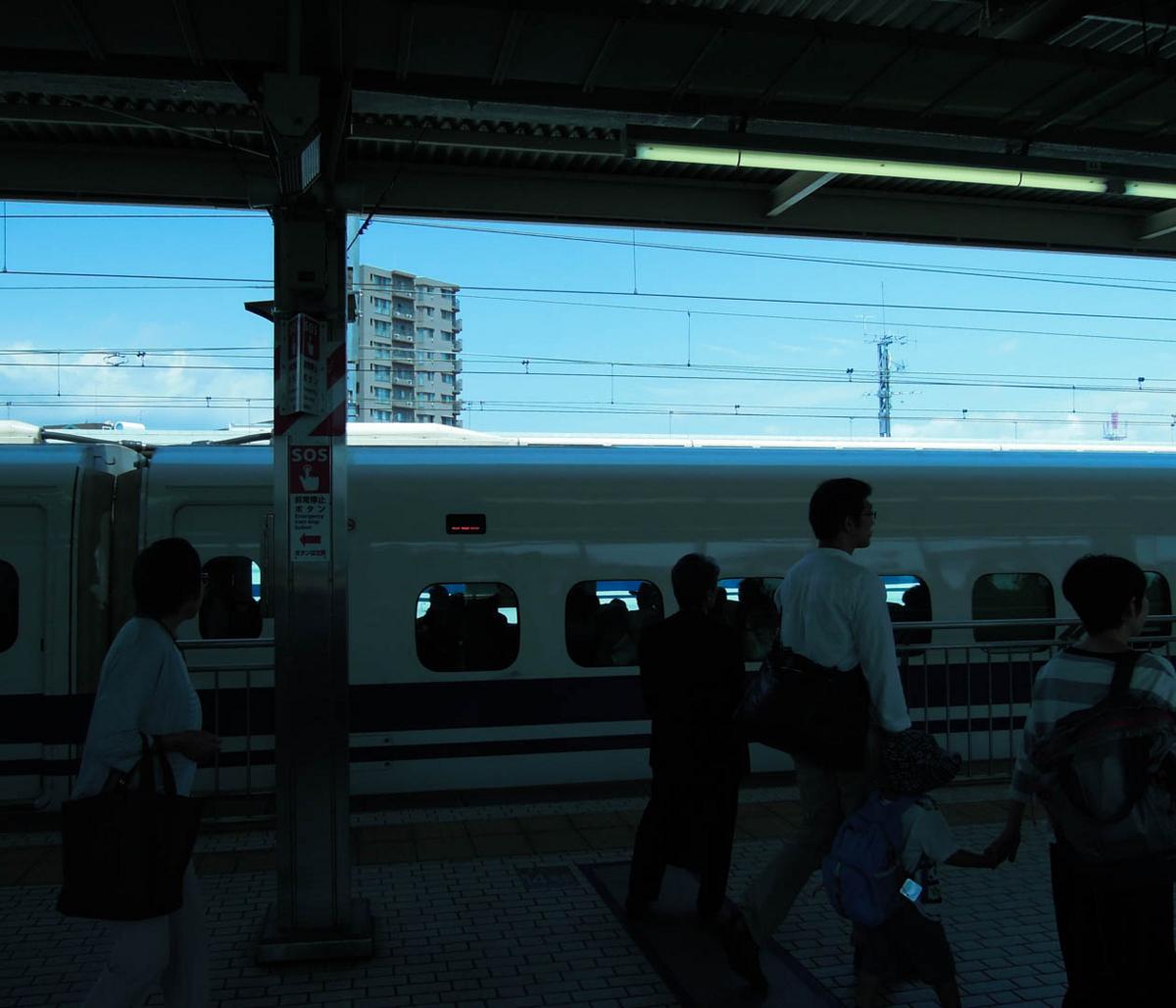 新幹線ホーム(小田原駅)と青の世界 2017年6月