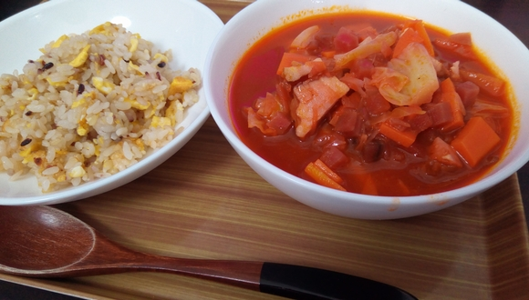 ボルシチの素で作ったスープとガーリックライス