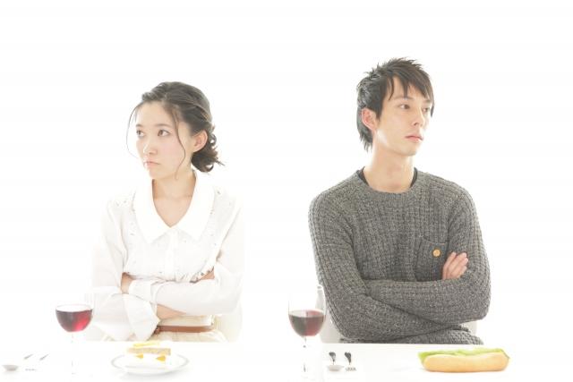 食事で仲違いするカップル