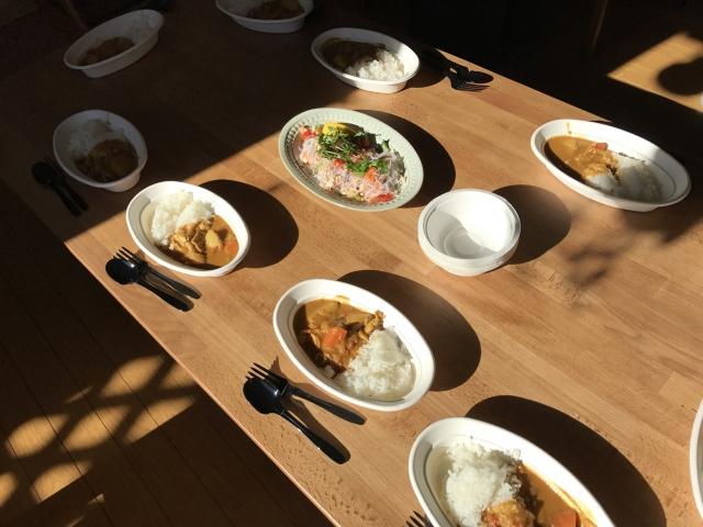 カレーライスが並ぶ食卓