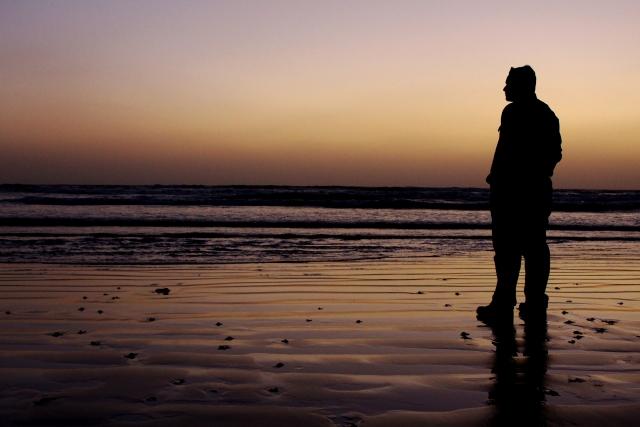 海辺に佇む人